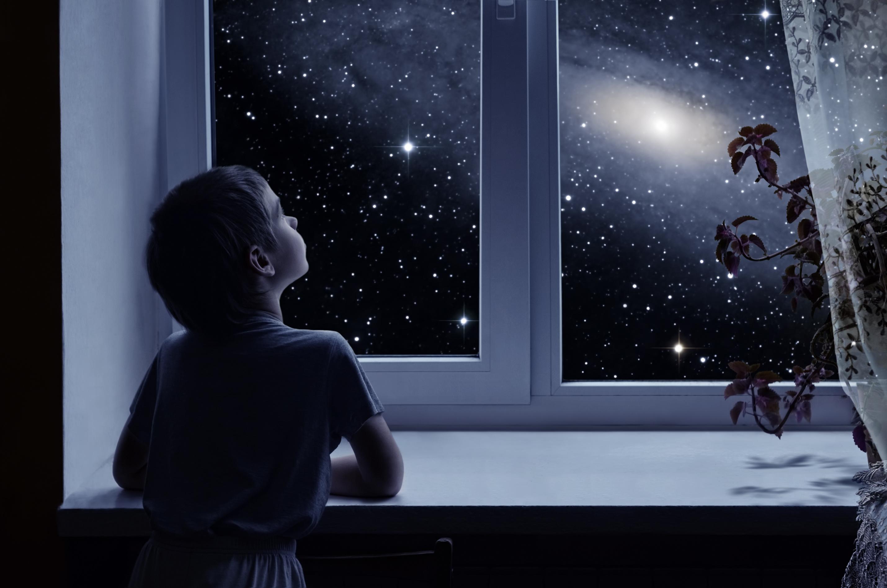 Enfant regardant par la fenêtre